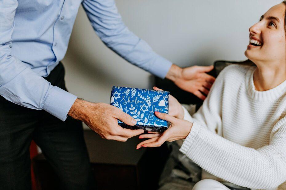 Gaver til hende – gode tips til at finde en god gave til kæresten